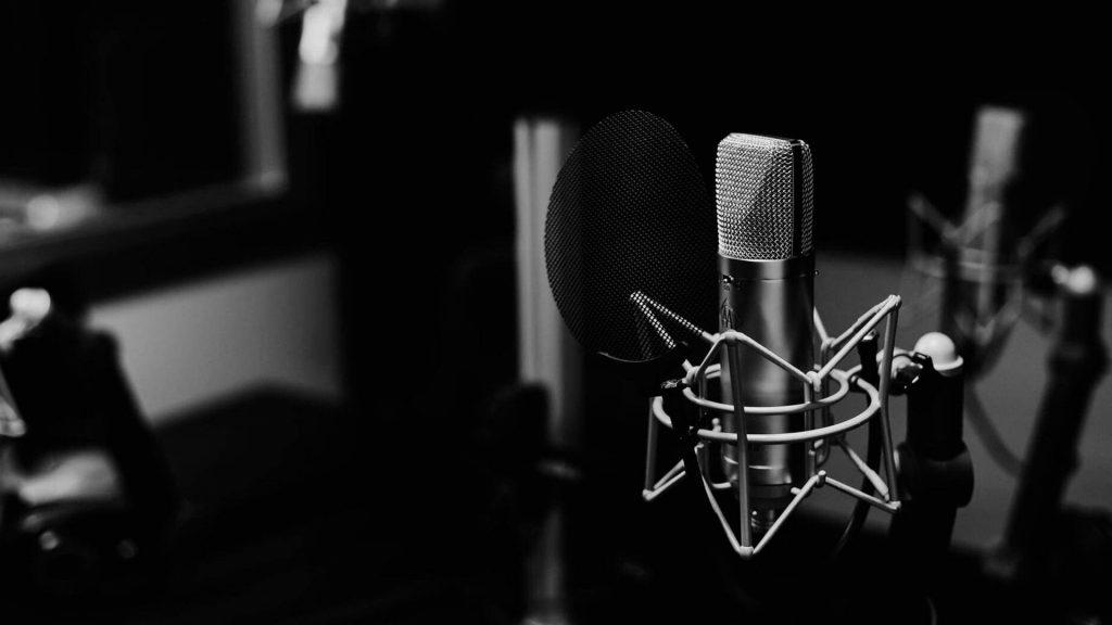 microfono-en-cabina-de-grabacion